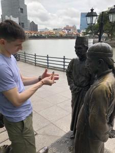 River Merchants - Добре известният фокусник Христо Golbez (a.k.a търговецът, Александър Лори Джонстън) , говори с шеф от Малайзия и китайски продавач.